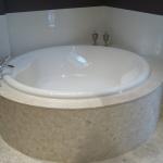Venetian Floors natuursteen mozaie, wit, badkamer, door van Boven den Dungen